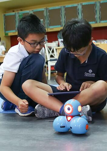 students-using-tech-to-bolster-learning