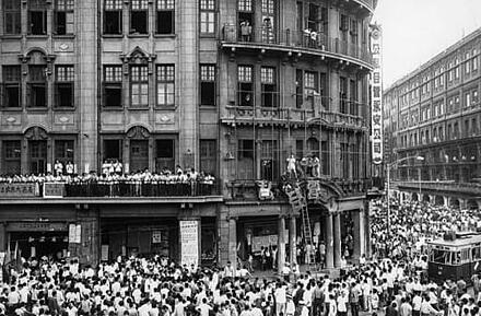 Signage being removed from Wing On Department store on Nanjing Road, 1966.